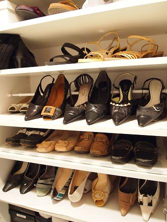 突っ張り棒を使用した靴収納. 出典weboo.link