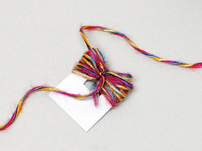 巻き終わったら真ん中を毛糸で結ぶ