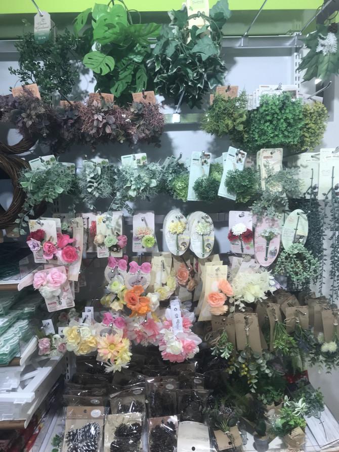 100均の造花で、こんなに可愛い髪飾りやリースなど盛りだくさん・・・! このお写真はセリアのものです。これはとても気になっちゃいますね!