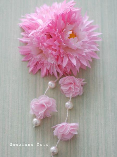 こんな、お花の下からゆらゆらと垂らされた飾りが可愛らしい髪飾りも素敵ですよね!着物や浴衣にぴったりの髪飾りです。こちらも買わなくても手作りでできますよ!